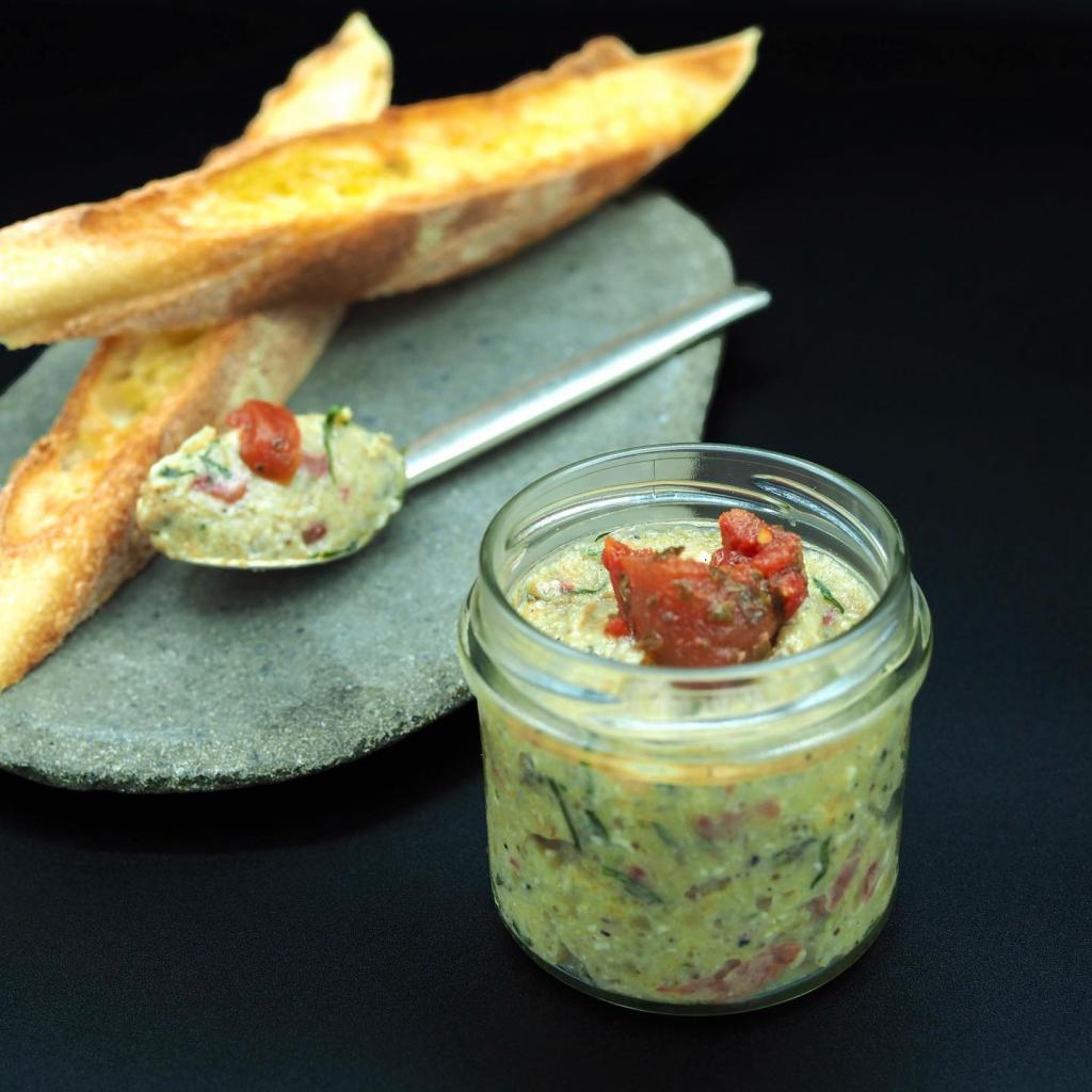 Caviar d'aubergine au Brocciu Corse, tomates confites et herbes fraîches