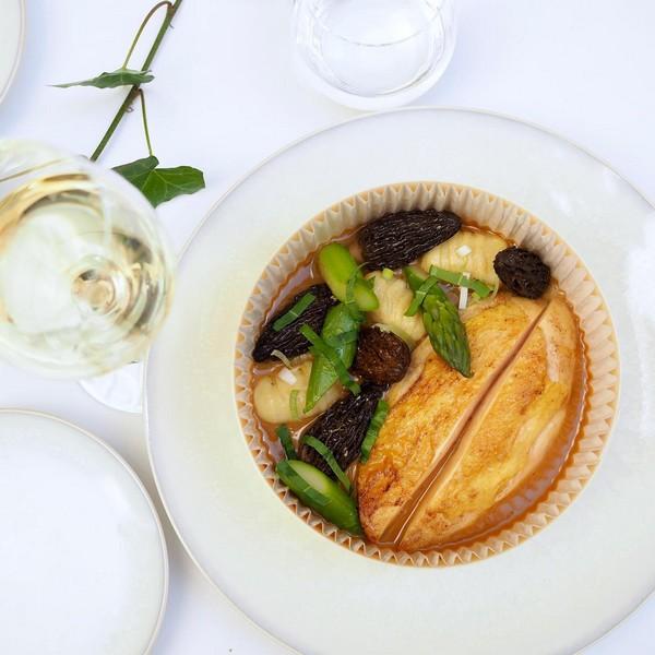 volaille de saison aux morilles, sauce vin jaune accompagnée d'une fricassée de gnocchis de pomme de terre et asperges vertes.